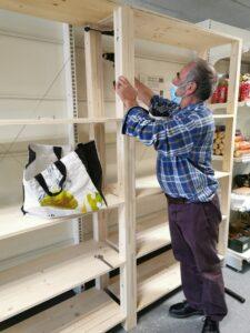 Jean-Michel pose les dernières vis du meuble créé avec Florian